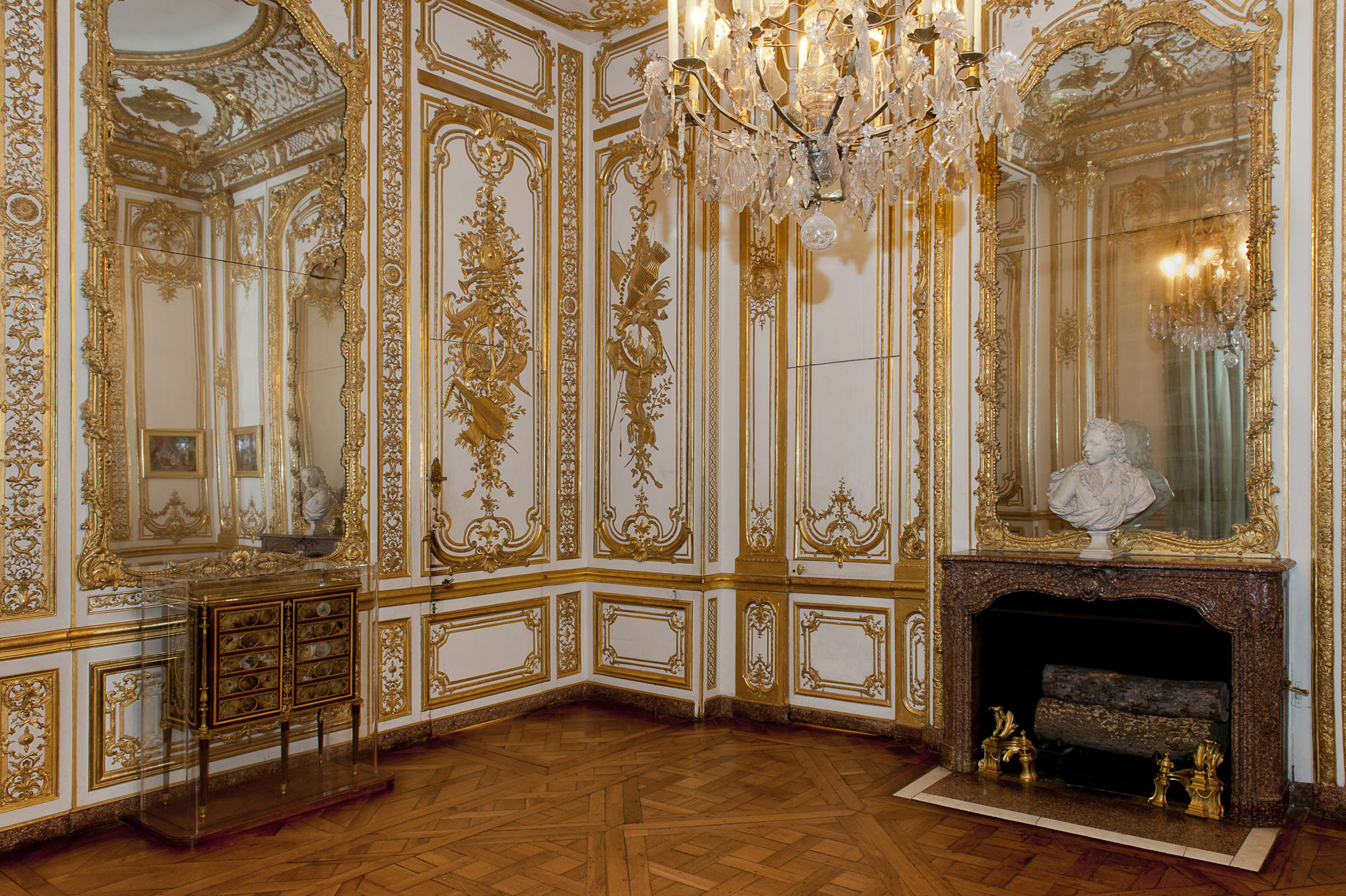 This is versailles bathroom of louis xv louis xvi for Chambre louis xvi versailles